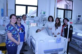 Parte del equipo de la Uti Pediátrica con paciente y su familia.